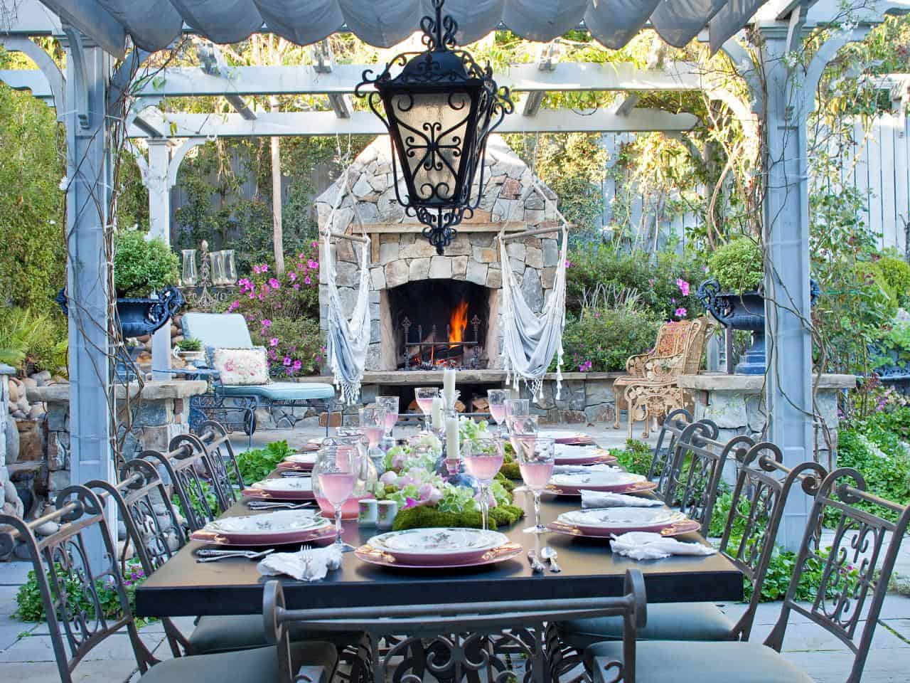 Here's How to Make the Perfect Outdoor Eating Area